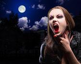 Vampir kadın gece arka plan üzerinde — Stok fotoğraf