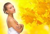 秋季背景上的年轻女孩 — 图库照片