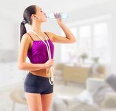 Sporty girl drinks water — Stock Photo