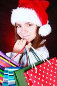 在黑暗微笑圣诞女孩举行礼品袋 — 图库照片