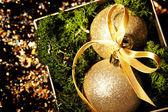 Guld julgranskulor glas över mörkret — Stockfoto