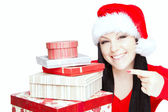 Mujer Navidad sostiene presenta aislado en blanco — Foto de Stock