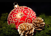 Vánoční skleněná koule přes tmavé — Stock fotografie