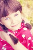 Портрет маленькая девочка, сидя в саду — Стоковое фото