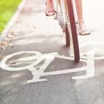wazig vrouw fietsten op een fietspad — Stockfoto