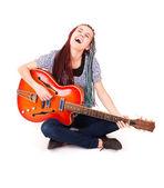 Młoda piękna dziewczyna muzyki z gitara w tle. — Zdjęcie stockowe