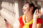 Young woman with mp3 player, smiling — Stock Photo