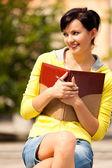 学生のノート、若い女性の外 — ストック写真