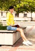 Student mladá žena s notebookem, mimo — Stock fotografie
