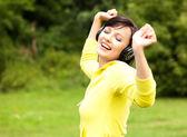 年轻漂亮的太太听听音乐 — 图库照片