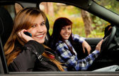 Girl friends sitting in the car — Stockfoto
