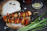 Chicken skewers with bread — Stok fotoğraf