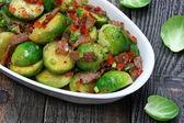 布鲁塞尔芽菜与培根、 洋葱和辣椒粉 — 图库照片