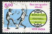 足球运动员和世界世界杯会徽 — 图库照片