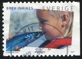 Child kissing fish — Stock Photo