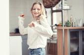 Bailando en la cocina — Foto de Stock