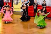 Concurrents danser la valse lente sur la conquête de la danse — Photo