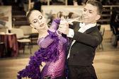 Concorrentes dançando valsa lenta sobre a conquista de dança — Fotografia Stock