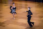 Concorrentes dançam a dança latina na conquista — Fotografia Stock