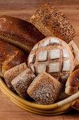группа различных хлеб типа на деревянный стол — Стоковое фото