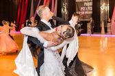 Bailarines bailan vals lento en la conquista de la danza — Foto de Stock