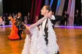 Tanečnice tančí pomalý valčík na dobytí tanec — Stock fotografie