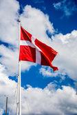 デンマークの旗、青い曇り空 — ストック写真