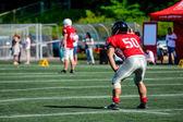 Amerikansk fotboll-spelare med av fokus spelare i bakgrunden — Stockfoto