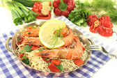 Shrimp with mie noodles and lemon — Stock Photo