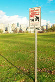 Prohibitive sign in the green park. Vancouver — Stock Photo