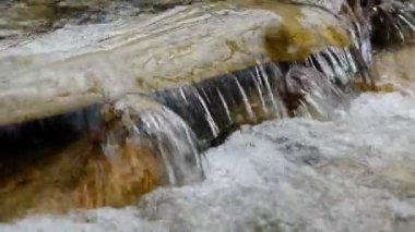Hermosa cascada en el bosque del parque nacional — Vídeo de stock
