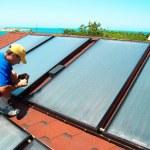 Worker installs solar panels — Stock Photo