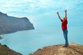 Счастливый человек на скале — Стоковое фото