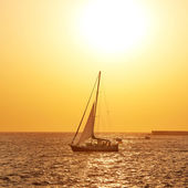 Sail boat against sea sunset — Stock Photo