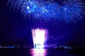Niebieski kolorowe fajerwerki — Zdjęcie stockowe