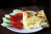 Georgian dish: achma khachapuri with summer vegetables — Stock Photo