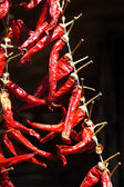 Röd chili peppers på gatan marknaden i solljus — Stockfoto