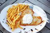 Poulet, français frites et salade dans un cadre agréable — Photo