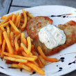 Chicken, French fries and salad in a nice setting — Stockfoto