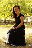 Frau in einem garten — Stockfoto