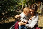 Niño y madre feliz — Foto de Stock