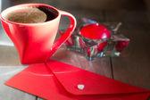 Sobre rojo y blanco del corazón — Foto de Stock