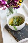 Minze Tee, Violen Blumen und guten Morgen, beachten Sie — Stockfoto