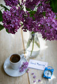 Lilac flowers and coffee — Stockfoto