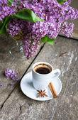 Lila bloemen en koffie — Stockfoto