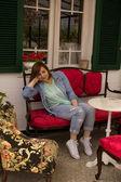 自宅で美しい女性 — ストック写真