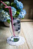 Succo di mirtillo con ghiaccio e fiori — Foto Stock