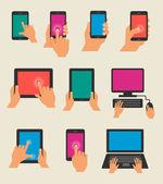 Conjunto de manos sosteniendo tabletas y teléfonos inteligentes — Vector de stock