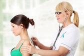 Madura doctora examinando — Foto de Stock