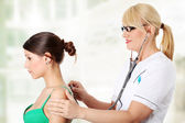 Olgun kadın doktor incelenmesi — Stok fotoğraf